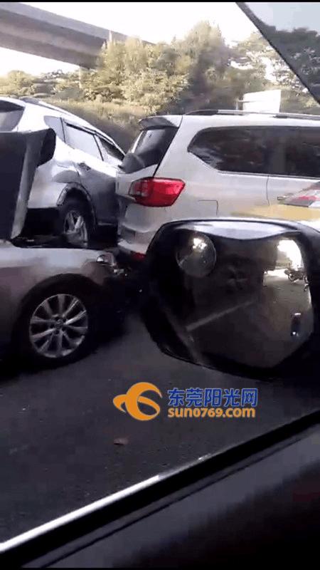 突发!松山湖大道6车连环撞 有车直接被挤上车顶!