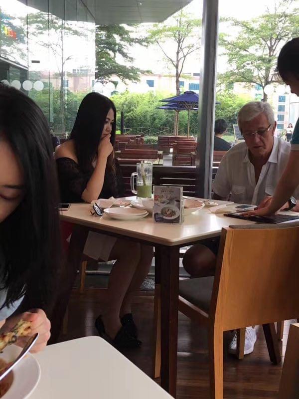 神秘美女与里皮广州就餐 黑长直+露香肩+超短裙