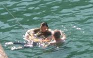 女子自杀外国男子水中救人
