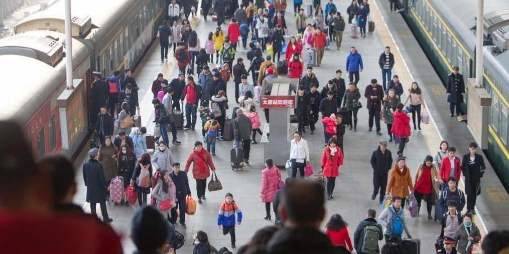 火车站迎学生、农民工返乡客流