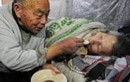 古稀老人照顾病妻26年