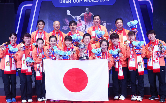 日本女队捧尤杯显王者霸气