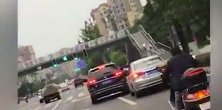 越野车和轿车司机变道超车起冲突 玩真人PK