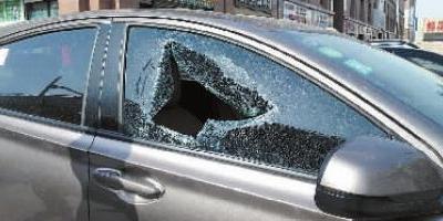 男子停车在商场停车场 车窗被砸重要物品失窃