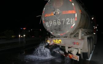 上思两车高速路相撞 致28吨浓硫酸泄漏!