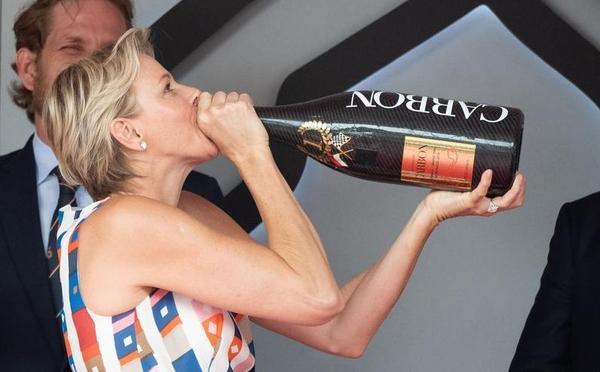摩纳哥站里卡多跳水狂喜 夏琳王妃举瓶畅饮