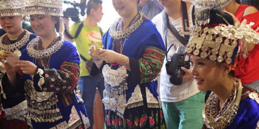 外地新人在雷山西江办苗族婚礼 游客围观送祝福