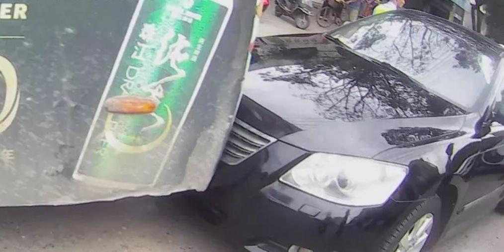 防城港交警打破车窗?究竟是什么情况?