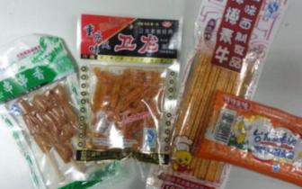 """校边小店""""五毛食品""""有隐患"""
