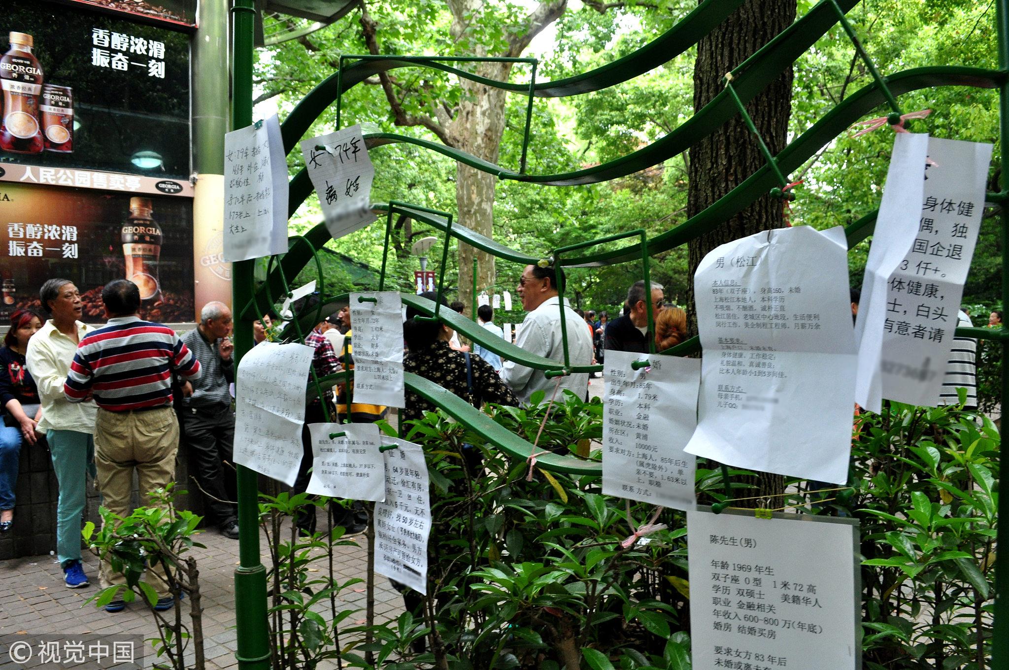 2018年4月29日,上海人民公园相亲角。在这里,户口、房子、社会地位等物质条件是极为重要的择偶标准。 / 视觉中国