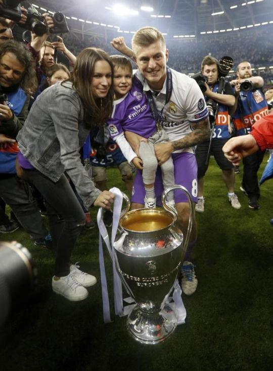 2017年欧冠夺冠,克罗斯与家人庆祝