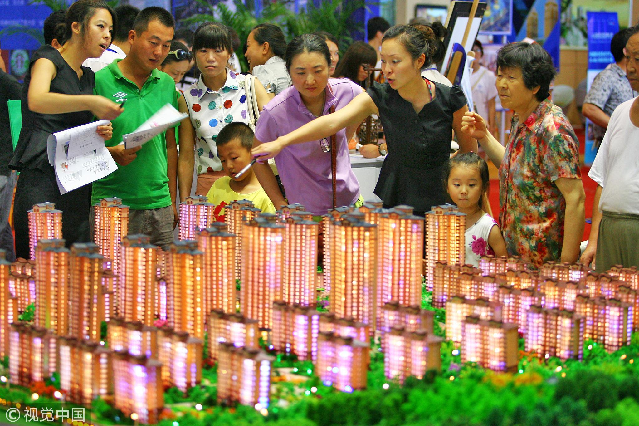 2013年7月19日,人们在中国(烟台)国际住宅产业博览会上看房。 / 视觉中国