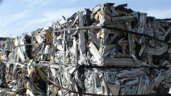 中国拒收洋垃圾,美国人该如何处理破酒瓶旧报纸