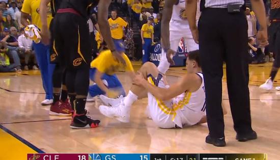 JR史密斯滑倒铲翻克莱 汤普森膝盖受伤离场治疗