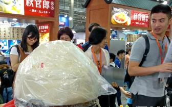 世界最大包心鱼丸在福州诞生 重达128.3公斤