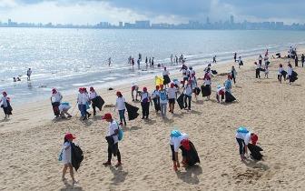 呼吁文明旅游 海口百名志愿者参加沙滩清洁活动