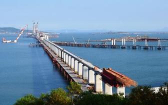 平潭海峡公铁两用大桥主航道最高主塔完成封顶