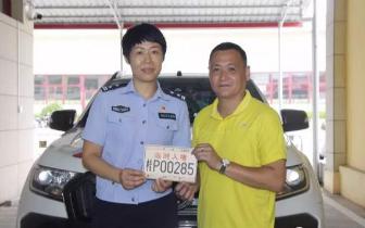 """东兴车管所为越南入境自驾游车队开设""""绿色通道"""""""
