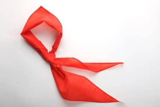 成人戴红领巾拍恶搞视频 小学生:应该封号才对