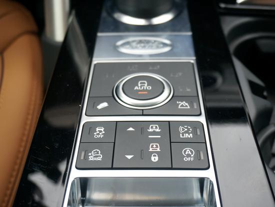 包括全地形反馈系统在内的多项驾驶辅助功能调节均位于排挡区,操作非常便捷