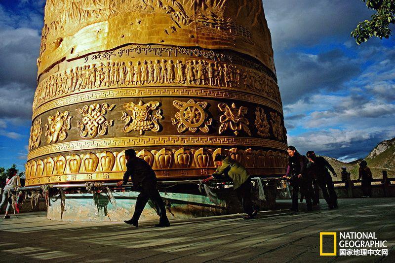 香格里拉县大佛寺的巨型转经筒(国家地理中文网2014年7月)