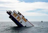 百年老船翻新后沉海