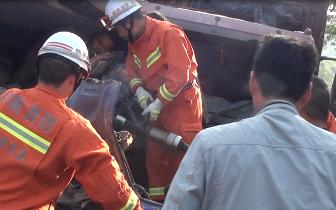 两车相撞一人被困陕州中队紧急救援