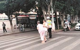 晋江青阳两老人过马路 十余辆车停下让行