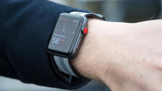 司机因开车看Apple Watch分神被罚400美元
