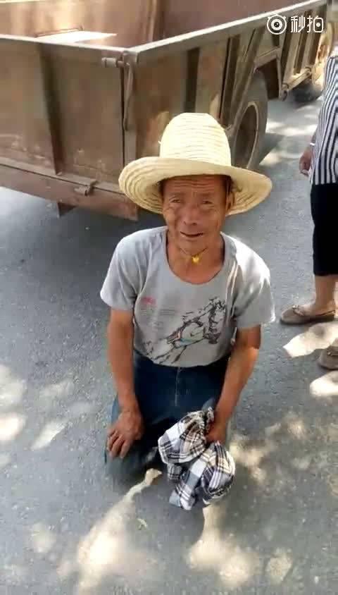 河南村支书吓唬村民下跪求饶 回应:停职检查并道歉