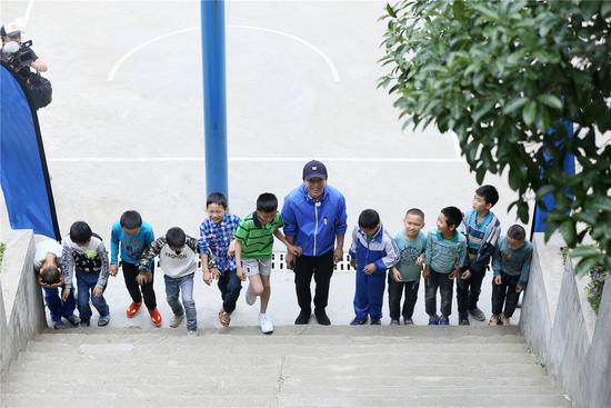 黄渤《极挑4》陪伴山区儿童  梳头摘果教舞暖化观众