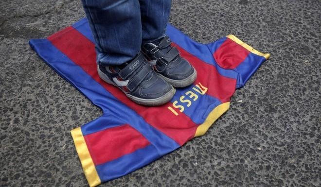 阿根廷训练场外遭围攻!国家队血衣+脚踩梅西球衣