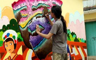"""海峡论坛首届创意涂鸦大赛上两岸青年奋发""""涂墙"""""""