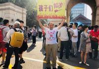 安徽老人来南京为高考学子送祝福!