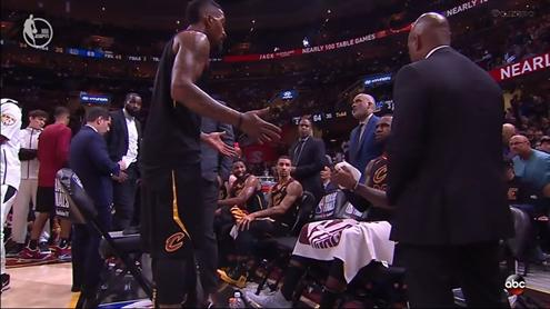 JR与詹皇板凳席激烈争辩 取13分3抢断他找回信心