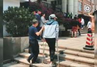 感动!父亲扶着拄着拐杖的孩子一步一步跨入考场