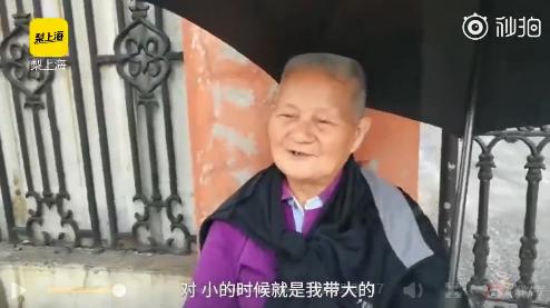 83岁老人独自送考外孙女 边擦汗边说不累!
