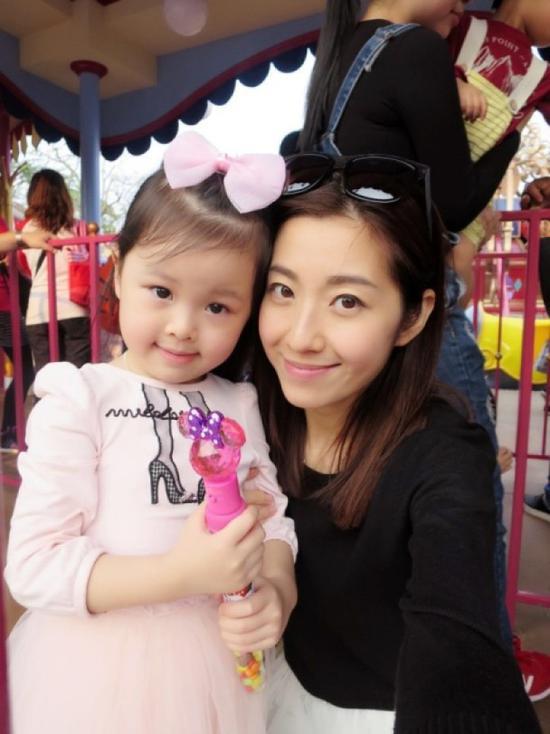 王浩信妻子陈自瑶与女儿