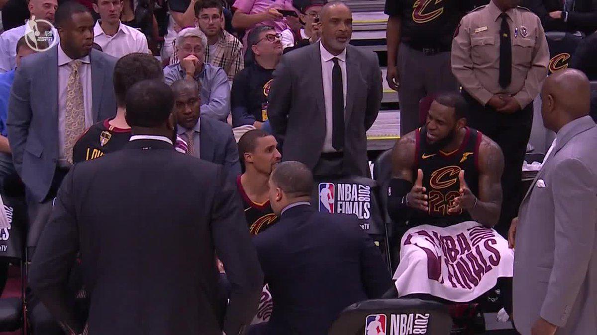 【影片】大比分落後太生氣 詹皇暫停時在板凳席發怒訓斥隊友