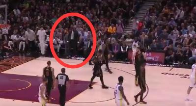 KD与JR发生摩擦 板凳席上帕金斯噌的一下站起来