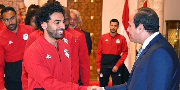 埃及总统接见全队 紧紧握住萨拉赫的手