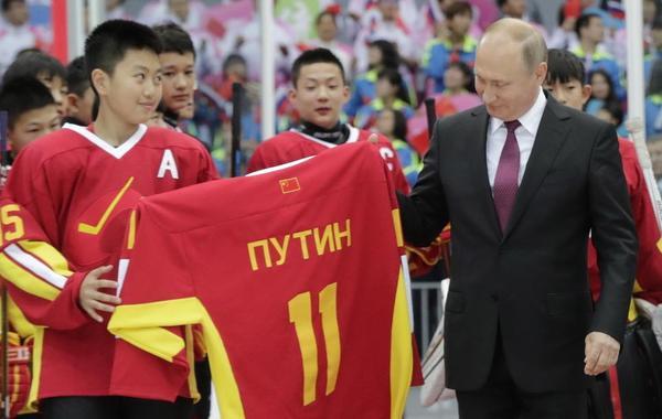 普京观看中俄青少年冰球赛