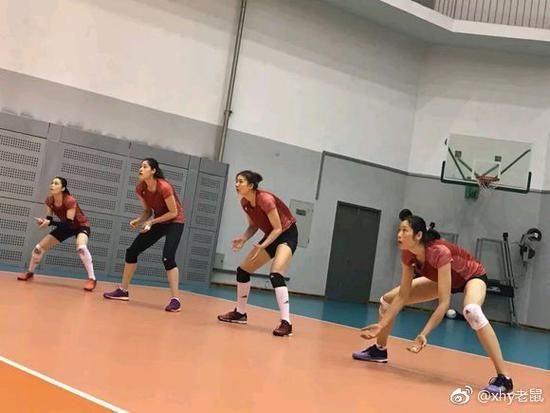 女排北京小分队苦练一传 郎平亲自上阵为朱婷传球