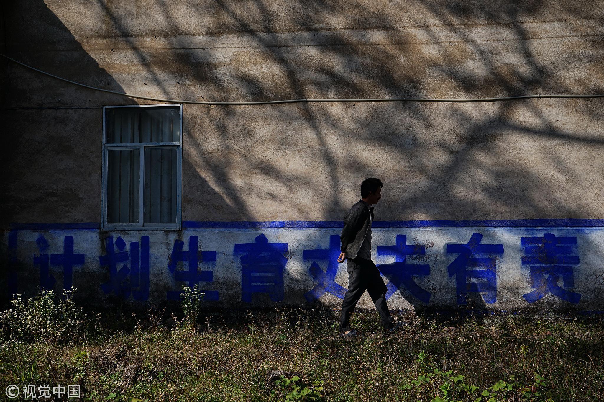 2018-06-22,广西桂林至今还保留着60年代各种计生标语/视觉中国