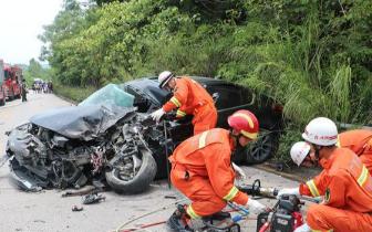 防城港两车相撞致1人被困 消防官兵紧急救援!