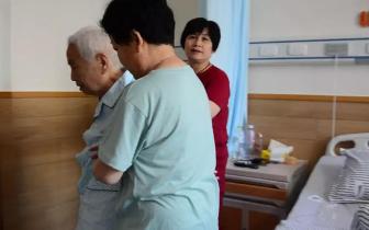 八旬老太患腰椎病无法行走 术后2小时自己能下床活动