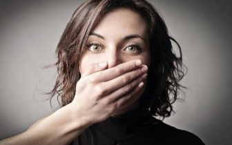 华人海外用中文聊天被逮捕!在国外说话小心