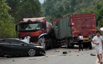 交通事故 黑色轿车严重变形  货车和油罐车堵住道路