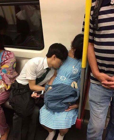 轻松一刻:女友脾气差,她可能需要睡一下