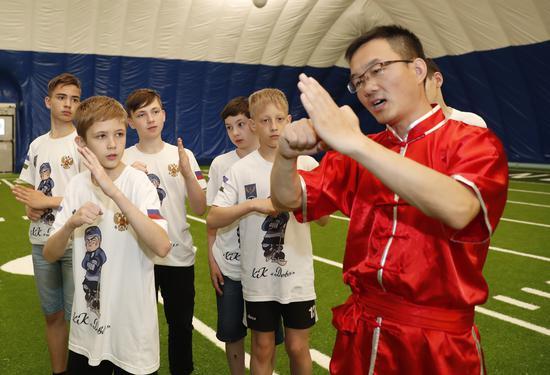 随同普京总统访华的俄罗斯青少年冰球队员莅临汇佳学校开展友好交流